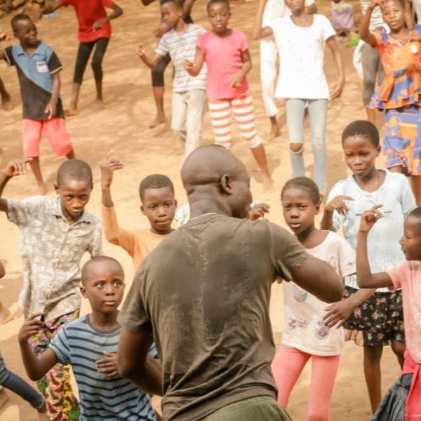 """Bénin/Multicorps-Walô-RePaSOC/ Pratique artistique en milieux défavorisés : une centaine d'enfants, initiés au """"ZINLI"""" par Mathy Vodoun"""